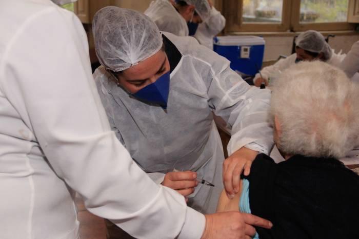 Pelotas aplica 3ª dose da vacina em idosos institucionalizados