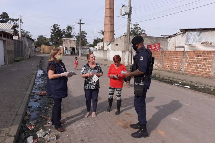 Moradores dos loteamentos Ceval e Osório recebem máscaras e orientação