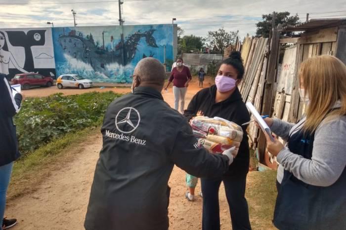 Famílias das Doquinhas recebem sacolas de alimentos