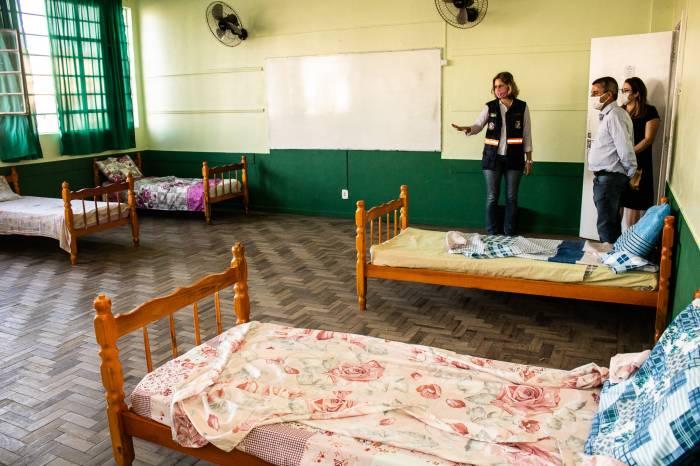 Prefeita vistoria Casa de Passagem instalada no Colégio Pelotense