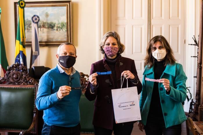Prefeita recebe extensores de máscaras faciais da Fecomércio