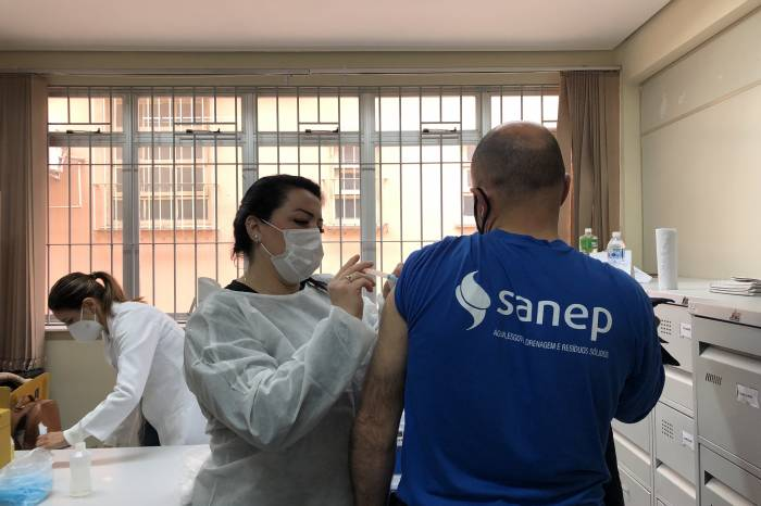 Servidores do Sanep concluem imunização contra a Covid-19