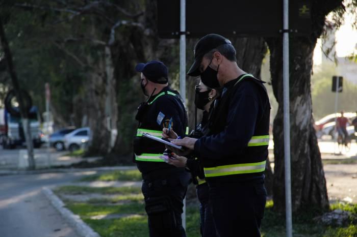 Forças de segurança coibem aglomerações no fim de semana