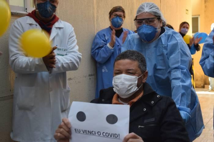 Paciente internado em UTI Covid tem alta do HE-UFPel