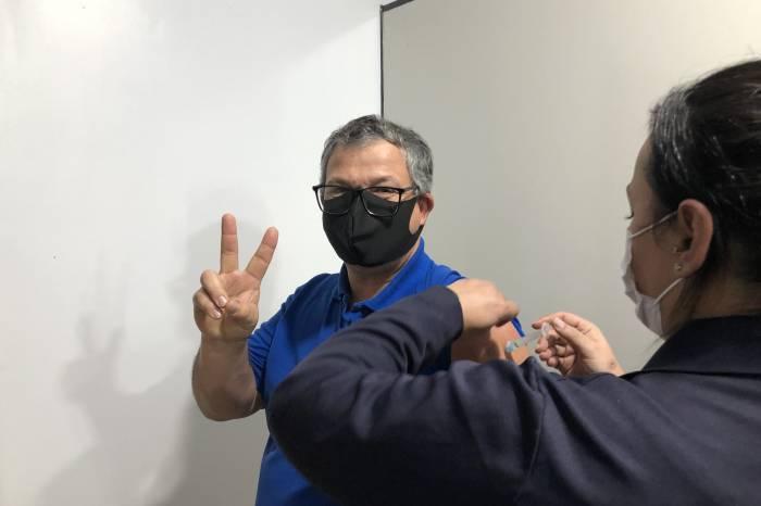 Servidores do Sanep são vacinados contra a Covid-19