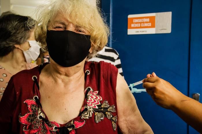 Mais de 900 idosos e 400 profissionais da saúde são vacinados